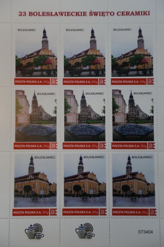 Ceramiczna ławka na znaczkach Poczty Polskiej