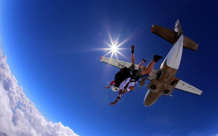 Skoki spadochronowe weWrocławiu – poczuj adrenalinę!