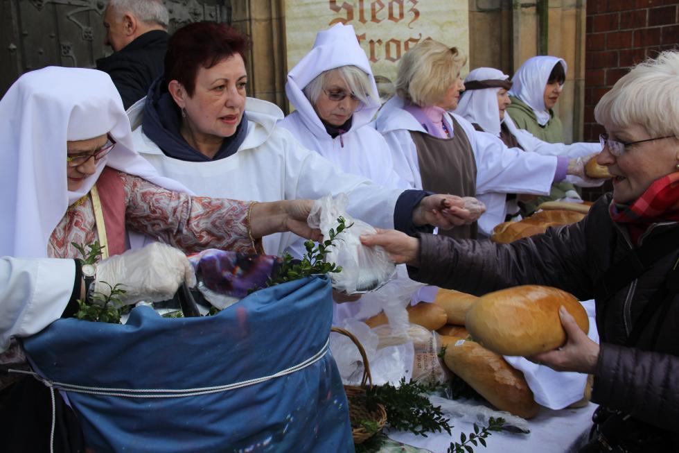 Legnicka tradycja.  Jałmużniczy chleb, śledź igrosz