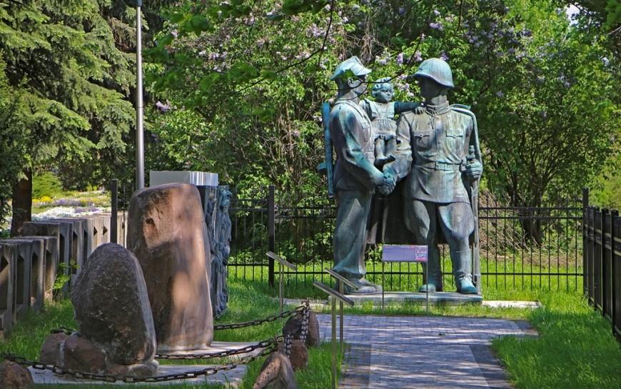 Relikty legnickich pomników PRL-u trafiły dolapidarium