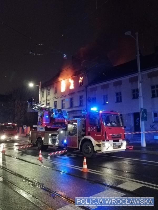 Weszli dopłonącego budynku iratowali mieszkańców