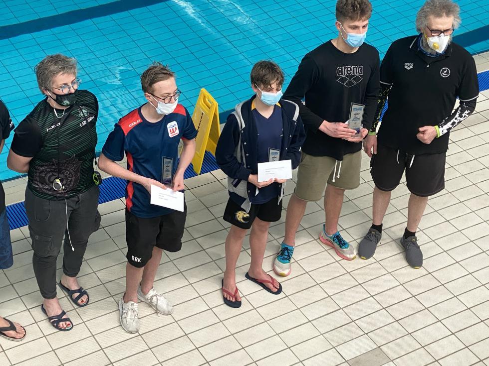 Worek medali legnickich pływaków na zawodach wPoznaniu